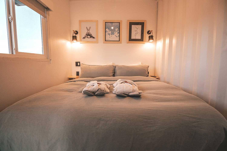 small bedroom furniture arrangement